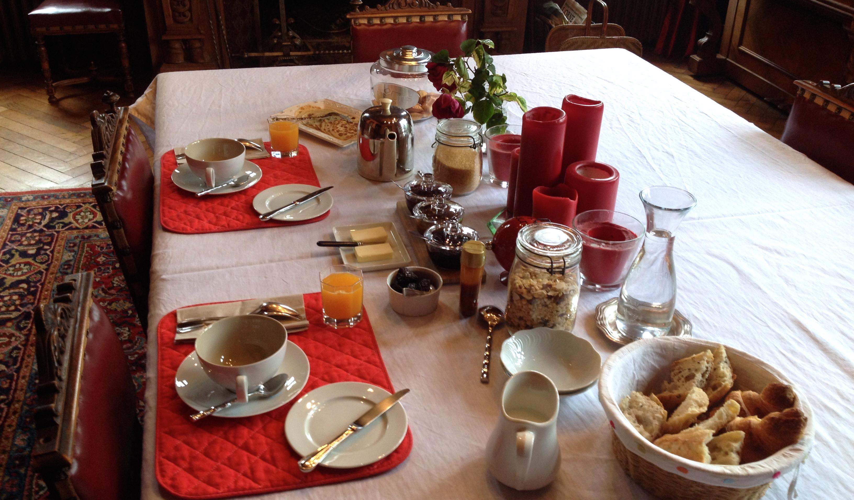 La salle à manger pour le petit déjeuner avec vue sur le parc
