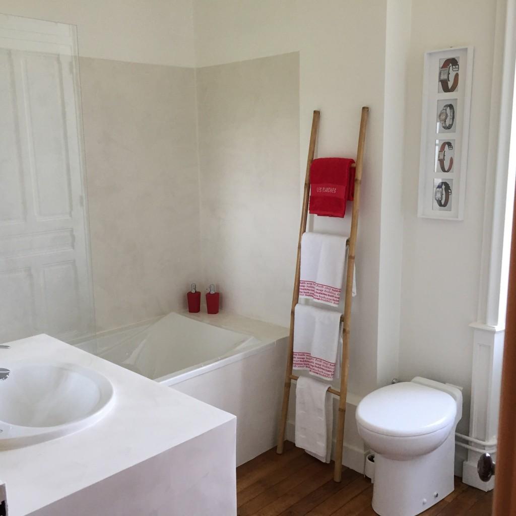 Salle de bain chambre rouge le manoir de b n dicte for Chambre de bain 2016